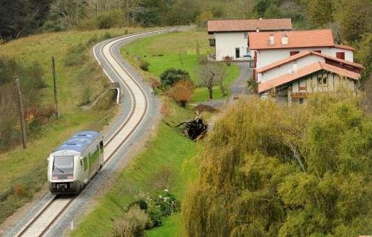 Un TER de la région Aquitaine entre Bayonne etSaint-Jean-Pied-de-Port, le 22novembre 2015.