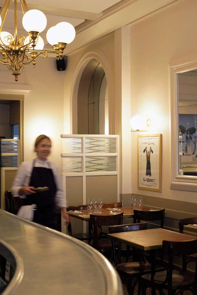 Le Mermoz, près des Champs-Elysées, un vrai rade parisien avec son bar à coudes et ses mosaïques.