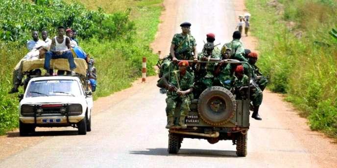Des soldats du Mouvement de libération du Congo, de Jean-Pierre Bemba, patrouillent à Bangui, en Centrafrique, en novembre 2002.