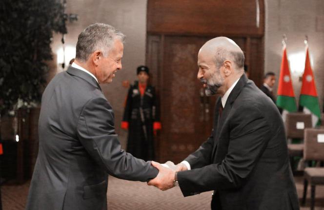 «Dépourvue de ressources naturelles, frappée de plein fouet par les crises syrienne et irakienne, qui ont fait perdre à son économie de précieux débouchés, la Jordanie est condamnée à naviguer entre ses intérêts et ceux de ses généreux mais exigeants bailleurs» (Le roi Abdallah de Jordanie et Omar al-Razzaz, le 14 juin).