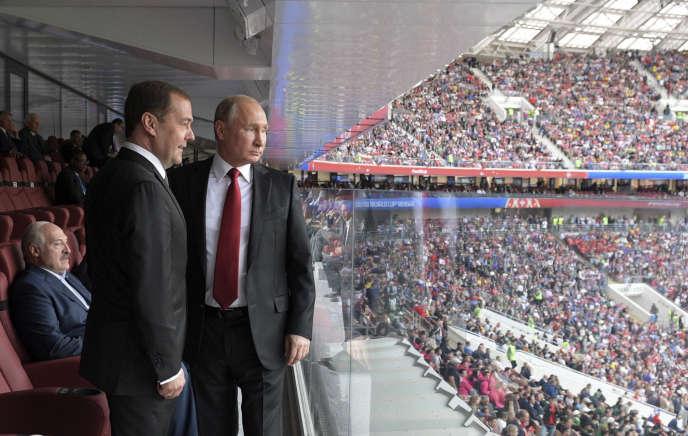 Avec son premier ministre, Dmitri Medvedev, lors du match d'ouverture Russie-Arabie saoudite, à Moscou, le 14 juin.