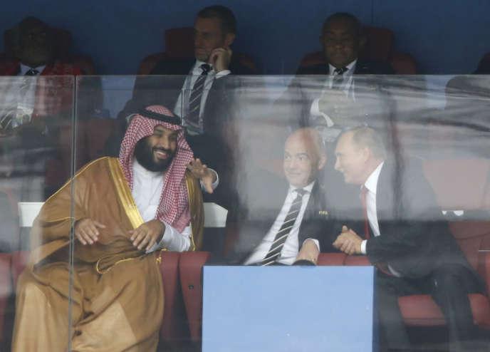 Le prince héritier saoudien, Mohammed Ben Salman (à gauche), et le président russe, Vladimir Poutine, entourant le président de la FIFA, Gianni Infantino, à Moscou, le 14 juin.