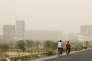 Dans la banlieue de New Delhi, en Inde, au troisième jour d'une pollution due à une tempête de sable, le 14 juin.