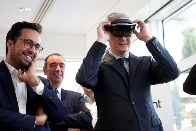 «Faire des métiers du digital un nouvel « ascenseur social », c'est l'un des mantras de Mounir Mahjoubi, secrétaire d'Etat chargé du numérique« (Mounir Mahjoubi, à gauche et Bruno Le Maire, ministre des finances, en visite au siège de Qwant, à Paris, le 14 juin).
