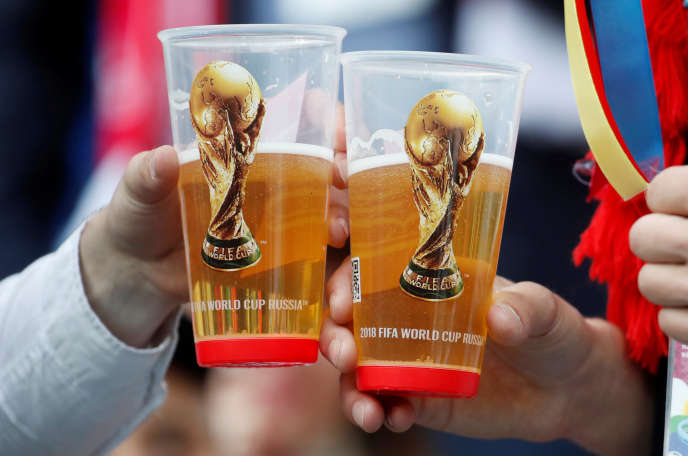 Deux fans et leurs bières pendant la Coupe du monde de football à Moscou, le 14 juin.