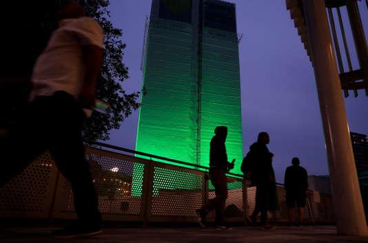 Un an après la tragédie de Grenfell, la tour a été illuminée en vert. Le 13 juin.
