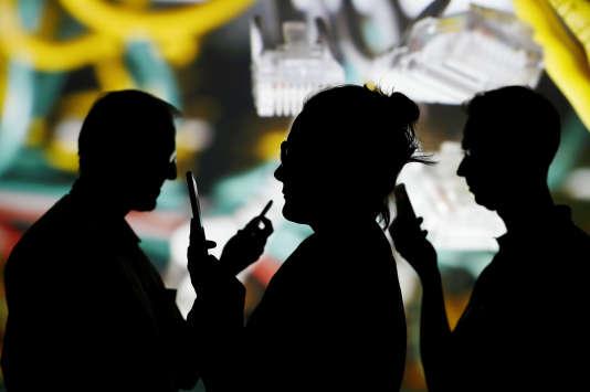 Les algorithmes desapplications de rencontres,présentes sur tous les téléphones,sont-ils les nouveaux entremetteurs ? Reuters/Kacper Pempel/Illustration