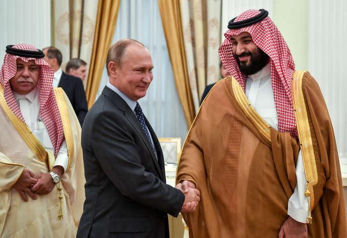 Vladimir Poutine, aux côtés du prince héritier saoudien Mohammed Ben Salman, le 14 juin à Moscou.