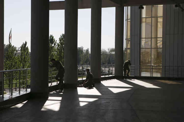 Des membres de la garde nationale dans l'Akhmat Arena, le stade de Grozny.