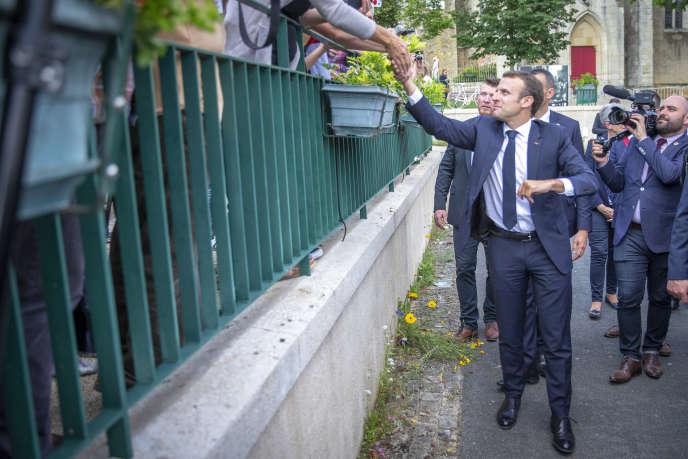 Emmanuel Macron salue les habitants de Mouilleron-Saint-Germain (Vendée), le 13 juin.