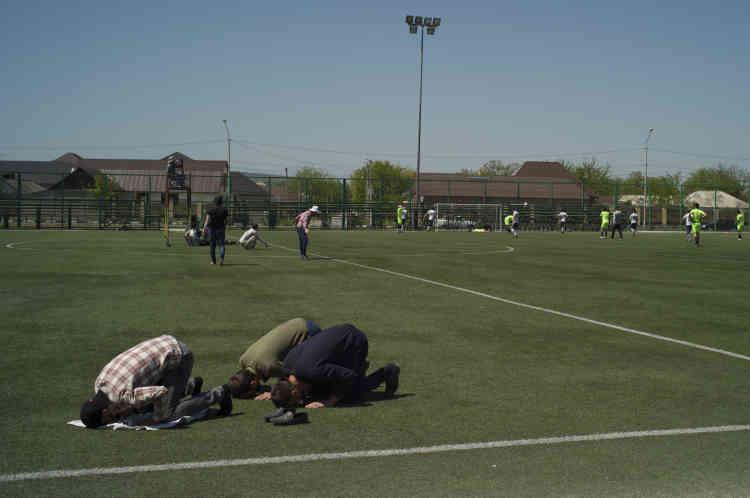 Des homme prient pendant un entraînement à Grozny.