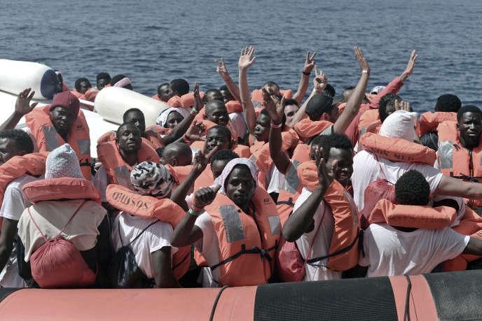 Un navire de gardes-côtes italiens transporte une partie des migrants de l'«Aquarius», vers Valence (Espagne), le 12 juin.