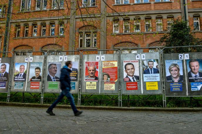 Affichage électoral des onze candidats à l'élection présidentielle, à Lille, en avril 2017.