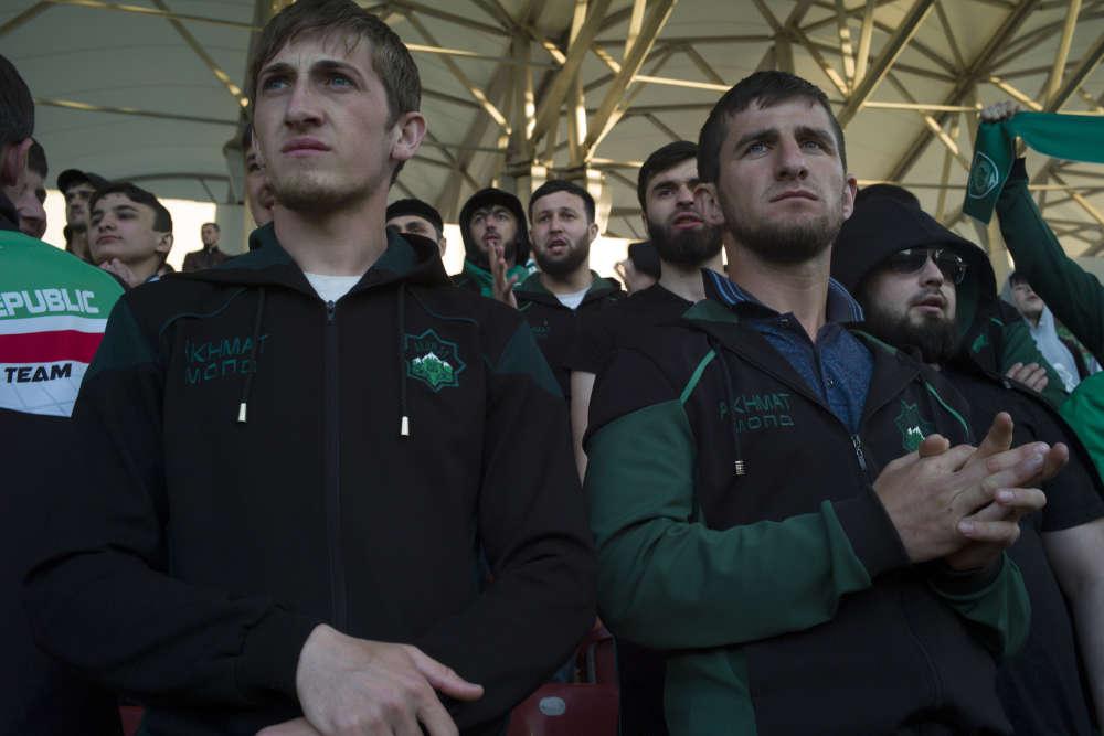 Les jeunes supporters tentent déjà de se faire pousser la barbe sans moustache, devenue le look quasi obligé des hommes de la République. Les chants sont hésitants, « Akhmat, c'est la force ! », ponctués de plus inattendus « Allah akbar ».
