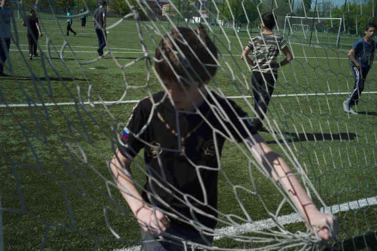 Des orphelins d'une école voisine jouent au foot sur les terrains du centre de formation Ramzan-Kadyrov du club Akhmat Grozny.