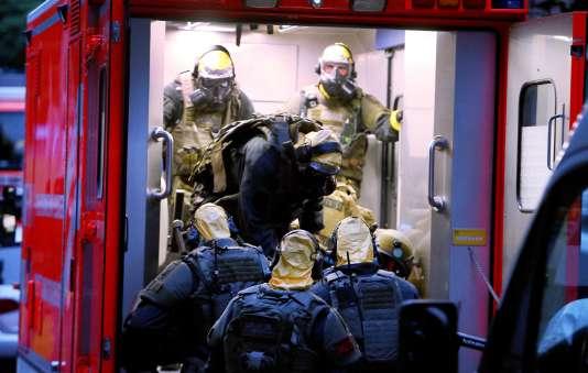 Des policiers allemands porteurs d'équipements de protection après la perquisition d'un appartement dans un quartier de Cologne, le 12 juin 2018.