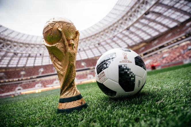 Le trophée de la Coupe du monde à Moscou, en Russie.