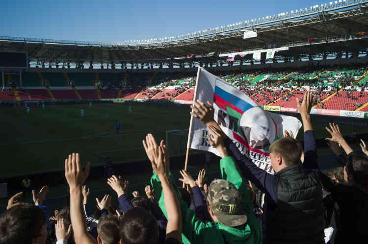 Dans le stade, des individus en civil parcourent les tribunes en cochant les noms des présents. « Même l'Union soviétique n'allait pas jusqu'à contraindre ses citoyens à aller au stade », s'amuse un habitant de Grozny.