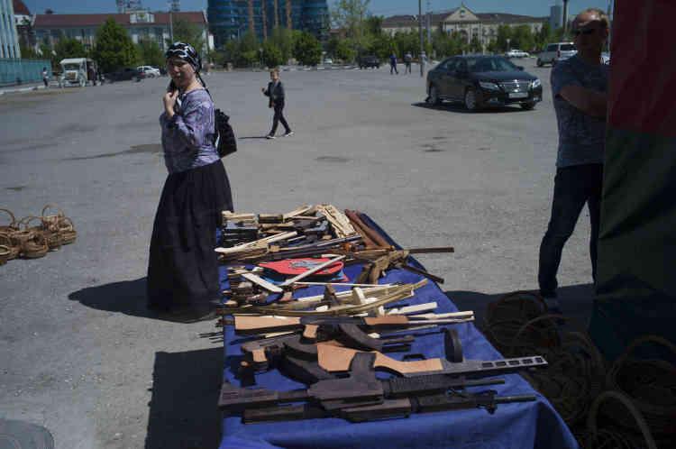 Des Kalashnikovs en bois en vente pour les touristes à Grozny.