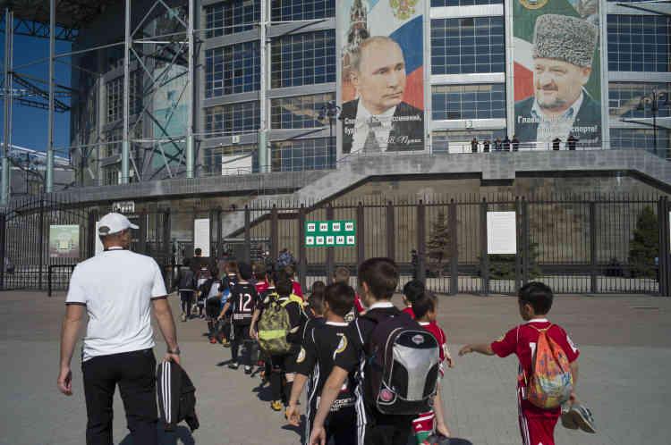 Les jeunes joueurs del'Akhmat Grozny se dirigent vers l'Akhmat Arena pour voir jouer leur club contre l'Oural Iekaterinbourg.