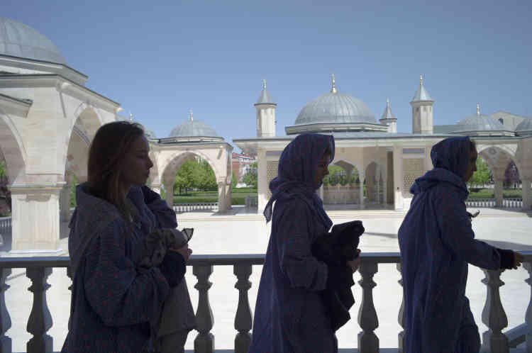 En Tchétchénie,l'islamisme d'Etat tient lieu d'idéologie, et le voile est la norme pour les femmes.