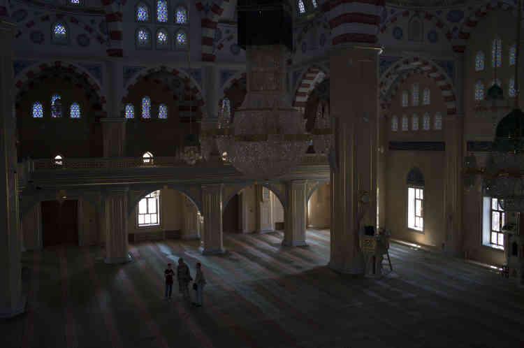 Des touristes visitent la mosquée Akhmat Kadyrov, joyau de Grozny.