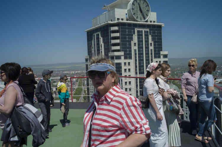 Des touristes visitent le toit-terrasse du Grozny City Towers, un hotel de luxe.