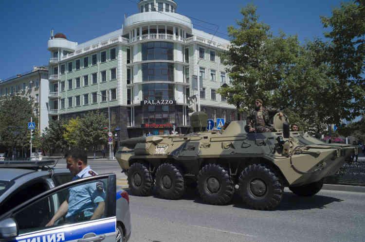 Un tank traverse l'avenue Poutine à Grozny durant une répétition du défilé militaire pour le jour de la victoire.
