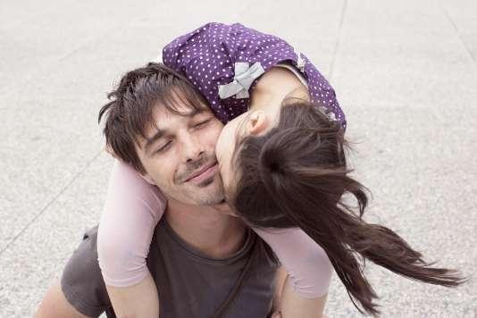 A l'image d'une amoureuse transie, cette fillette en pince pour son père et évince sa maman.