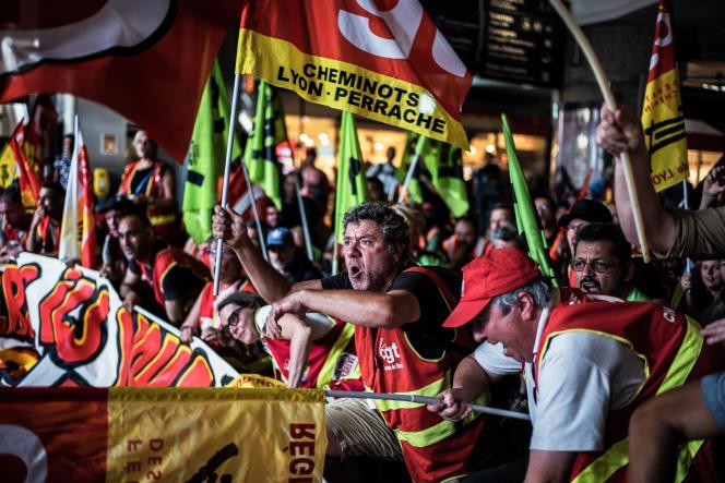 Des cheminots manifestent contre la réforme ferroviaire à la gare de Lyon-Part-Dieu, le 12 juin.