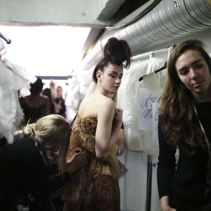 Dans les coulisses d'un défilé de Franck Sorbier pendant la Haute Couture Printemps-Eté 2017 à Paris, le 25janvier 2017.