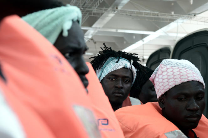 Migrants à bord de l'«Aquarius», photo diffusée par l'ONG SOS Méditerranée, le 14 juin.