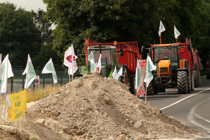 Manifestation d'agriculteurs devant une raffinerie dans la Marne pour protester contre les importations d'huile de palme, le 11 juin.