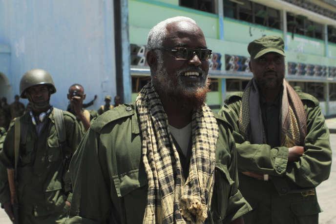 Madobe aux côtés de ses hommes dans le port de Kismaayo en octobre 2012.