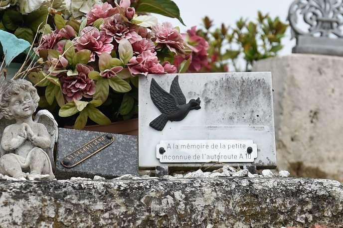 La tombe de la « petite martyre de l'A10», enterrée anonymement, au cimetière de Suèvres (Loir-et-Cher), le 14 juin.