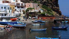 Le port d'Alicudi dans l'archipel des îles Eoliennes.