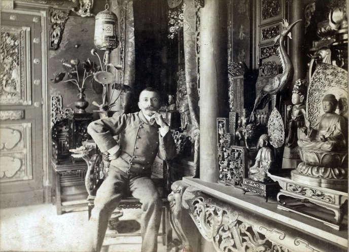 Pierre Loti dans la salle « La Pagode japonaise » de sa maison de Rochefort (Charente-Maritime), en 1893.