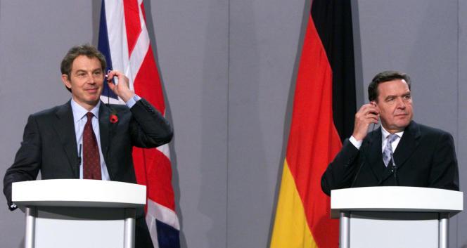 Tony Blair, alors premier ministre britannique, et Gerhard Schröder, alors chancelier allemand, lors d'une conférence de presse à Londres, le 2 novembre 1998.
