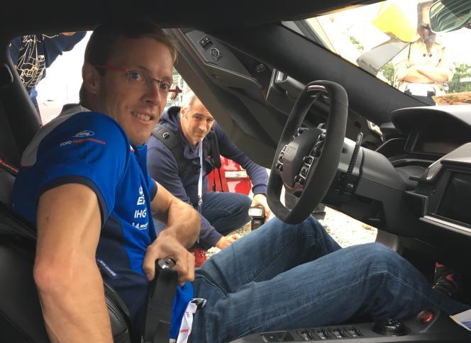 Le pilote GT Ford Sébastien Bourdais se prête à l'exercice du baptême de piste, jeudi 14 juin, en marge des 24Heures du Mans des 16 et 17juin 2018.