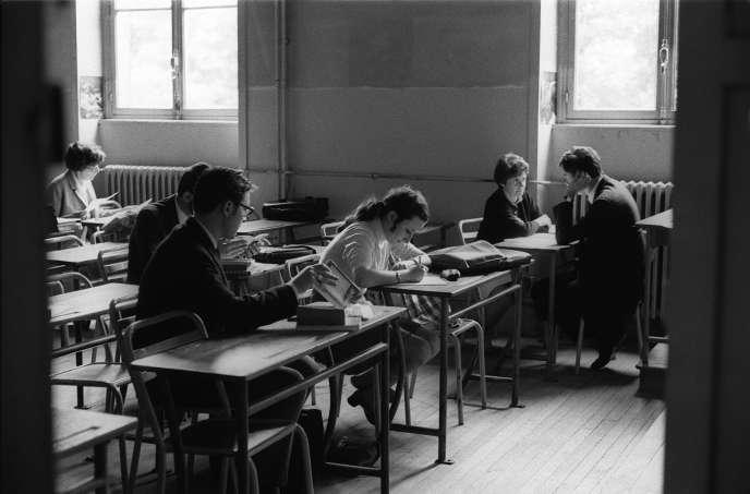 Des lycéens passent le baccalauréat le 27 juin 1968 dans un des 80 centres de l'académie de Paris. La tenue des examens ayant été perturbée en raison des événements de mai 1968, les épreuves se font uniquement à l'oral.