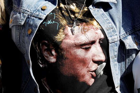 Un tee-shirt à l'effigie de Johnny Hallyday lors de l'hommage rendu au chanteur à l'église de la Madeleine à Paris, le 15 juin 2018.