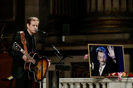 Le chanteur Chris Evans durant la messe célébrée en hommage à Johnny Hallyday à l'église de la Madeleine à Paris, le 15 juin 2018.