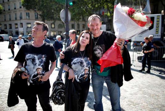 Des fans de Johnny Hallyday devant l'église de la Madeleine à Paris, le 15 juin 2018.