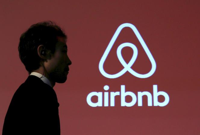 Logo de Airbnb à Tokyo, le 26 novmebre 2015.