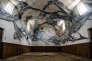 Les murs blancs de la chapelle recouverts de volutes noir et bleuté, qui évoquent les veines du marbre. Une œuvre du Français Amir Roti.