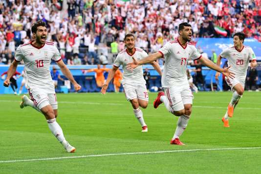 La joie des Iraniens après le but contre son camp du défenseur marocain Bouhaddouz.