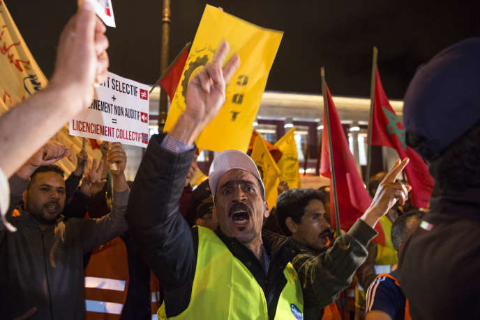 Des employés de Centrale Danone manifestent contre le boycott de leurs produits devant le Parlement, à Rabat, le 5 juin 2018.