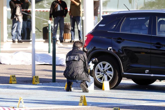 Un enquêteur sur les lieux du double homicide, à l'aéroport de Bastia, le 5décembre 2017.