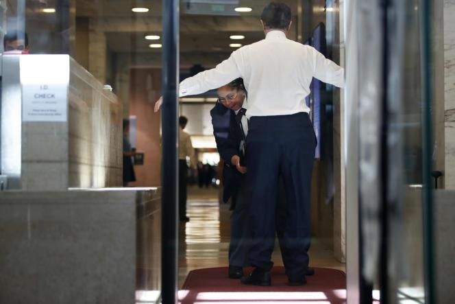 Paul Manafort est fouillé à son arrivée au tribunal fédéral, à Washington, le 15 juin.
