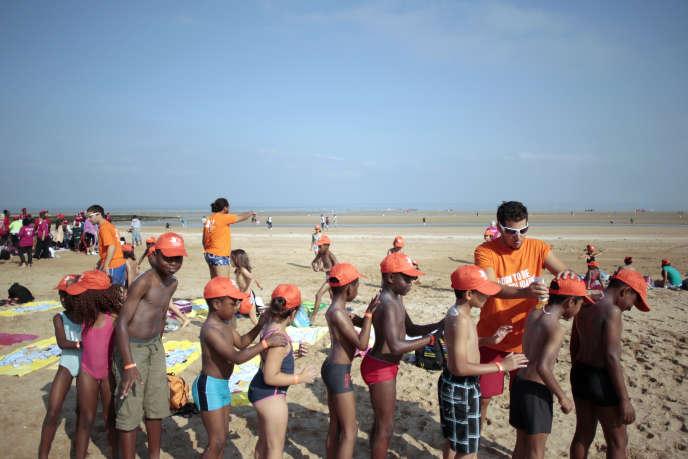 Des enfants à Cabourg (Calvados), en août 2013 lors de la « Journée des oubliés des vacances» organisée par le Secours populaire.